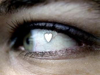 øjen piercing