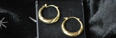 Guldøreringe kreoler i 8 karat med flot mønster.