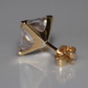 Ørestikker-med-firkantet-sten-9-karat