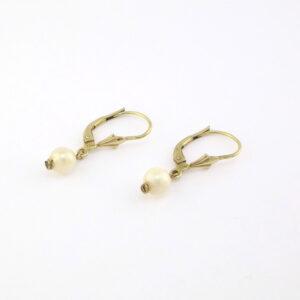 Guld øreringe med perler der hænger