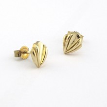 Guld ørerstikkere med lilje facon. Brugte guld øreringe