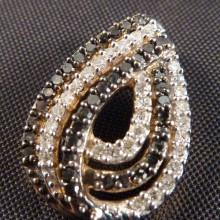 Oval guldvedhæng med 65 sorte og hvide diamanter. 9 karat guld vedhæng. 0,38 ct. diamant 06