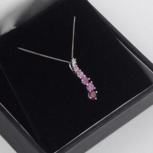 Kæde & Guldvedhæng med 1.1ct. rosa farvede safirer