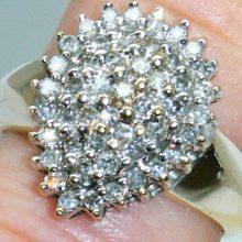 En flot rosettering med 0.75 ct. diamanter indfattede i dråbefacon til salg. Brugte Guldringe med diamanter & brillanter sælges billigt