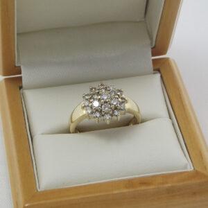 1ct. Cocktail rosette ring i 9 karat guld - Brugt brillantring salg. Coktailring i guld med 1 ct. diamanter i brillant slib. Billig rosettering i 9 karat guld sælges.