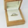 Brillantring i tofarvet 14 K guld med stil og elegance til salg.