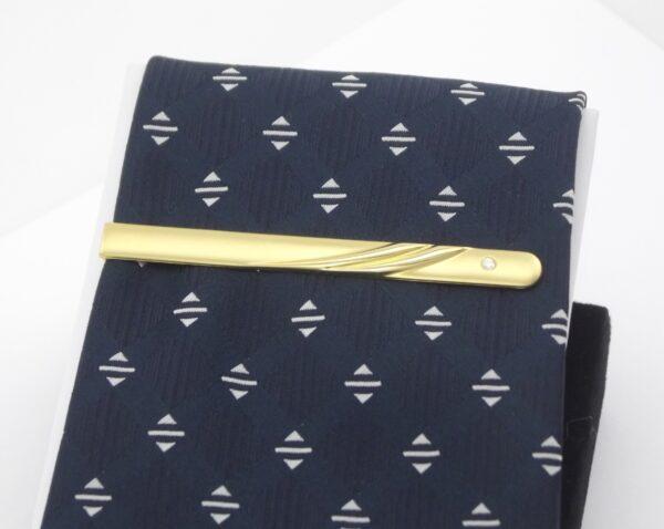 Eksklusiv slipsenål udført ii solide materialer med en lille brillant-slebet zirkon. Gennemført kvalitet.