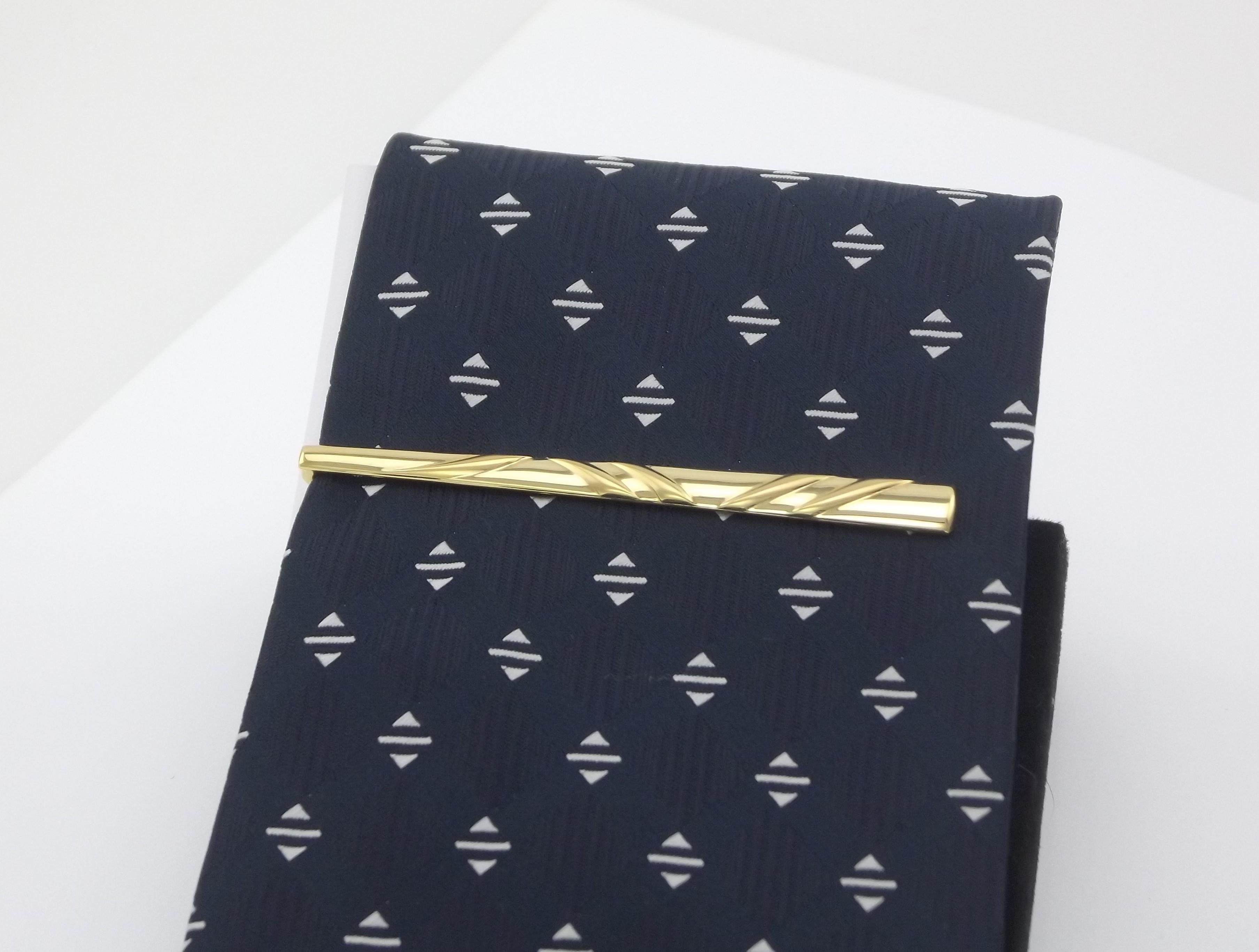 Maskulin Slipsenål i guldsmedekvalitet. Brugte guld slipsenåle til salg. ægte guld slipseklemmer til mænd sælges billigt.