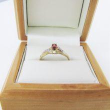 Guldring med rubin og fine små diamanter i 9 karat guld