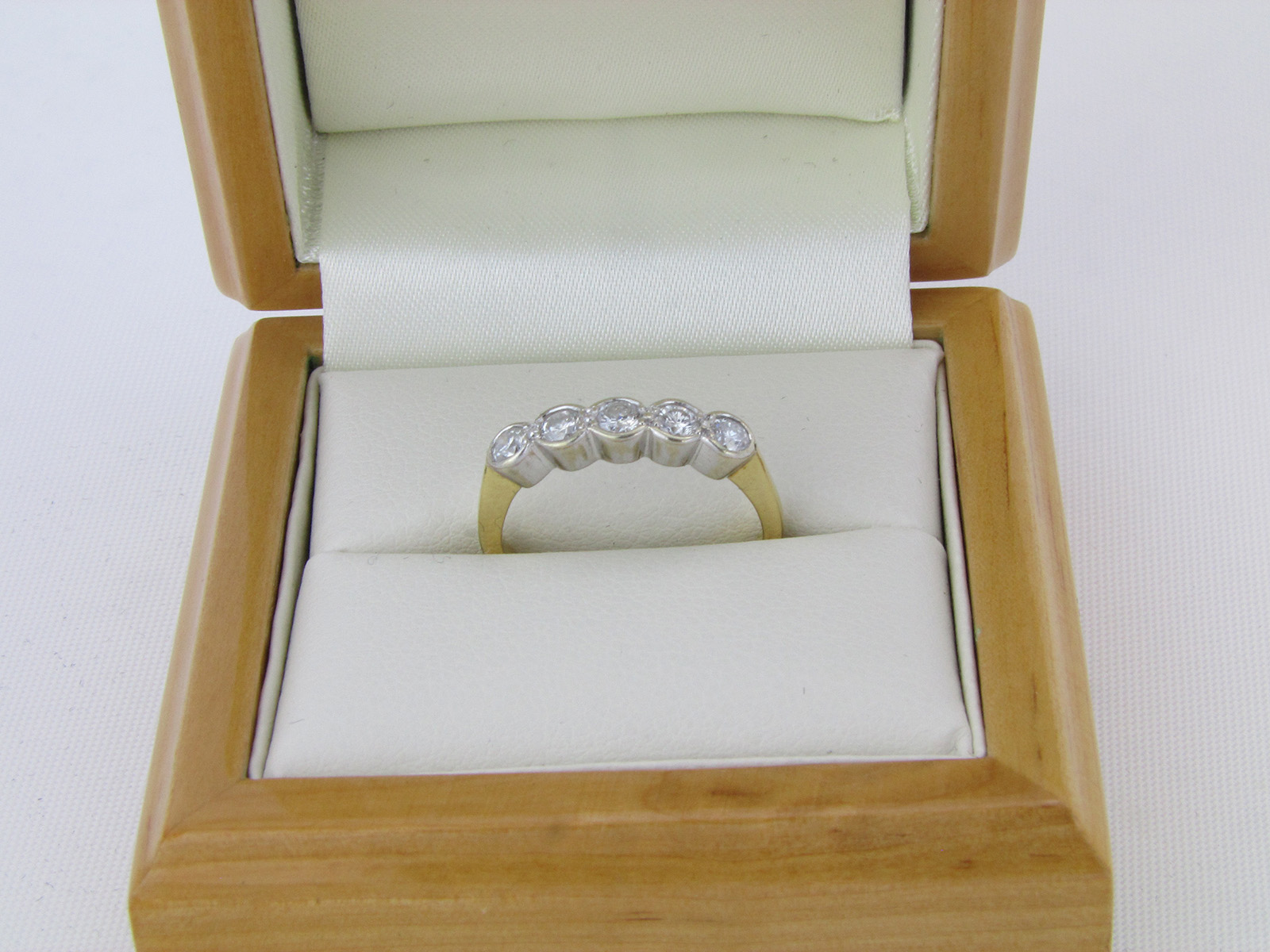 18 karat brillantring ct til salg brugt brillant ring. Black Bedroom Furniture Sets. Home Design Ideas