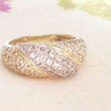 To farvet diamantring i 14 karat guld og hvidguld