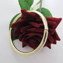 Bredt og let ovalt guldarmbånd udført i 8 karat guld