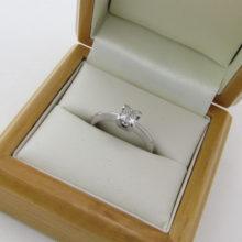 Charmerende forlovelsesring i 9 karat guld med 0,33 ct. diamant