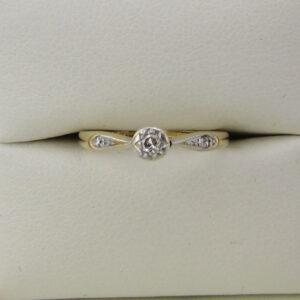 Fingerring i 9 karat guld med tre diamanter i alt 0,10 ct.