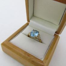 Flot guldring med stor akvamarin og to diamanter