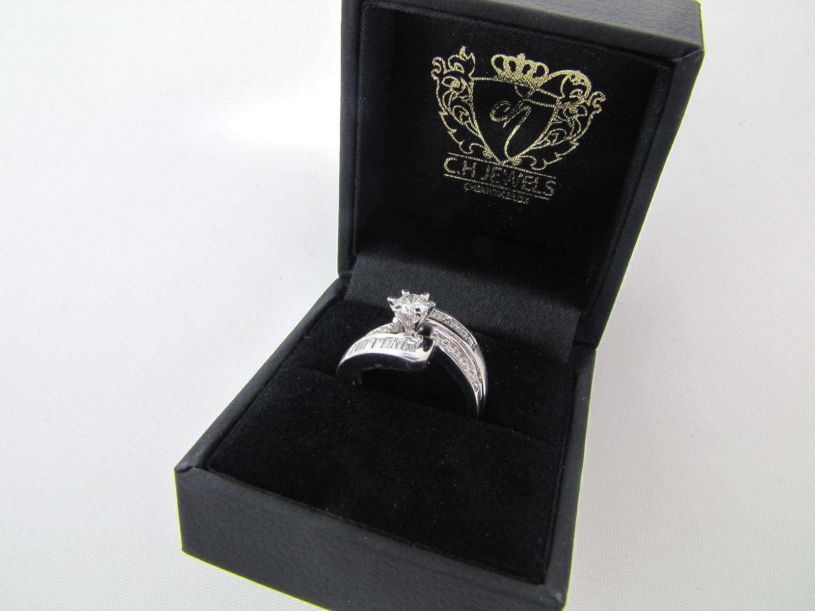 18 karat hvidgulds ring spækket med diamanter på i alt 0,75 ct.