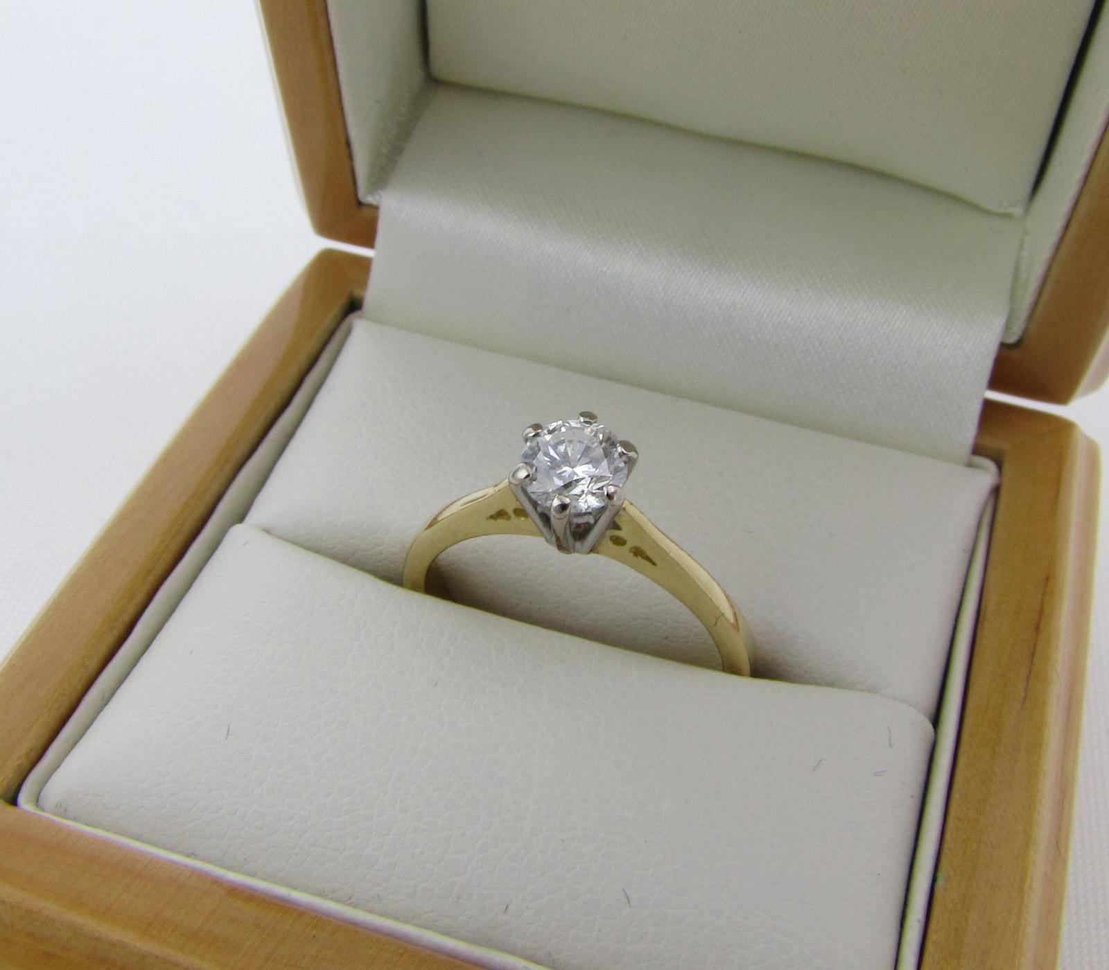 Imponerende flot solitaire ring i 18 karat guld med en stor diamant på 0,50 ct.