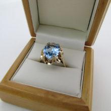 Vintage Akvamarin ring, fantastisk indfattet i 9 karat guld ring. Brugt guld ring med akvamarin sten. Brugt vintage fingerring med flot blå sten i 9 karat guld