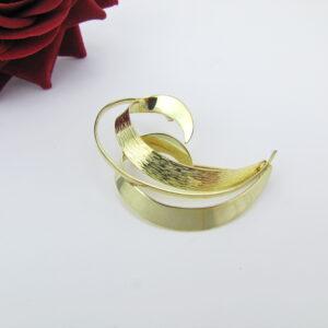 Elegant guld broche med organisk bølgedesign i 8 karat guld