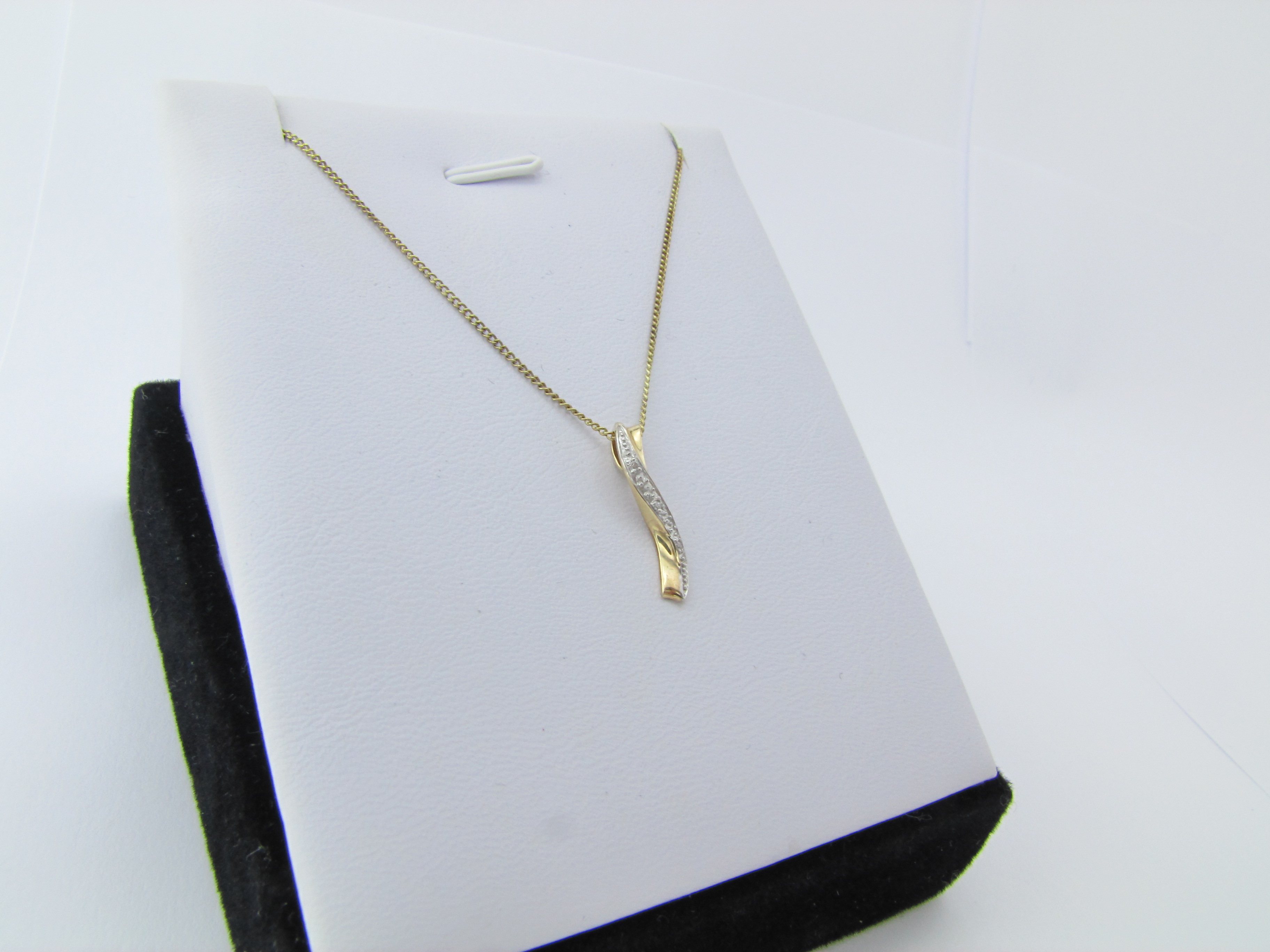 Smukt bølget diamant vedhæng i 9 karat guld